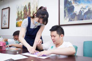 彥伯與老師在練習畫畫